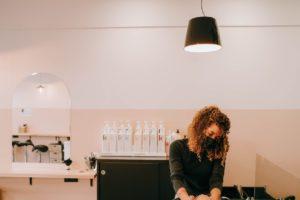 La tarification se base sur le temps passé et la longueur des cheveux de chaque client.